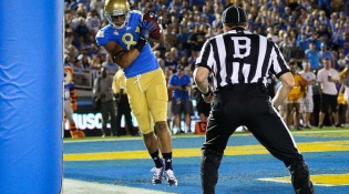 UCLA_Football_catch